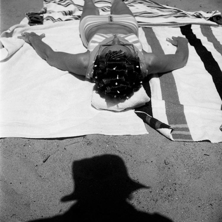 eltornillodeklaus-vivian-maier-woman-on-the-beach