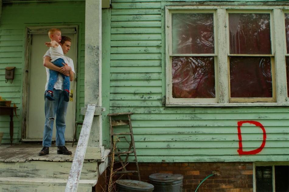 eltornillodeklaus-LOST-RIVER-Ryan-Gosling-Iain-De-Caestecker-Bones-porch