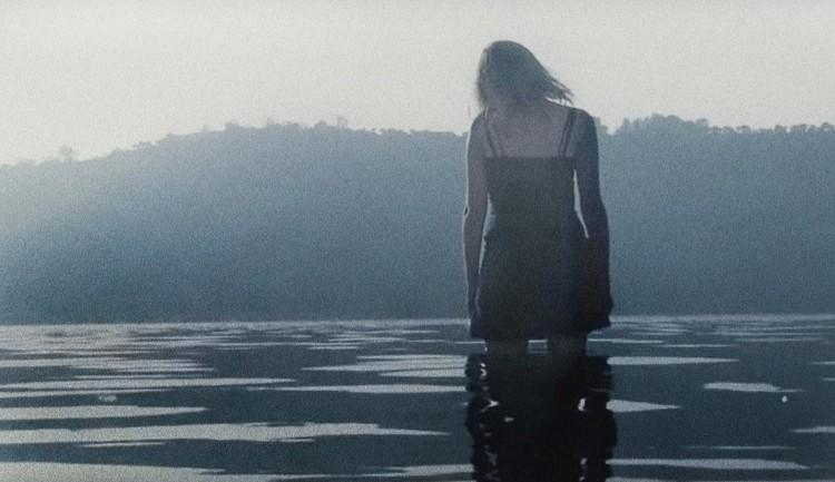 el-tornillo-de-klaus-la-academia-de-las-musas-jose-luis-guerin-2015-spanish-film-Emanuela-Forgetta-lago